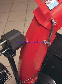Привод дефлектора работает за счет троса и оттяжной пружины. Управление поворотом желоба лучше защищено от забивания снежной пылью благодаря своему расположению выше, чем на предыдущих моделях.